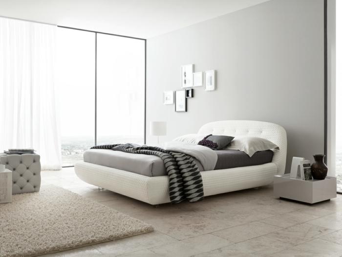 modernes schlafzimmer schönes bett weiß bodenfliesen teppich weiße gardinen