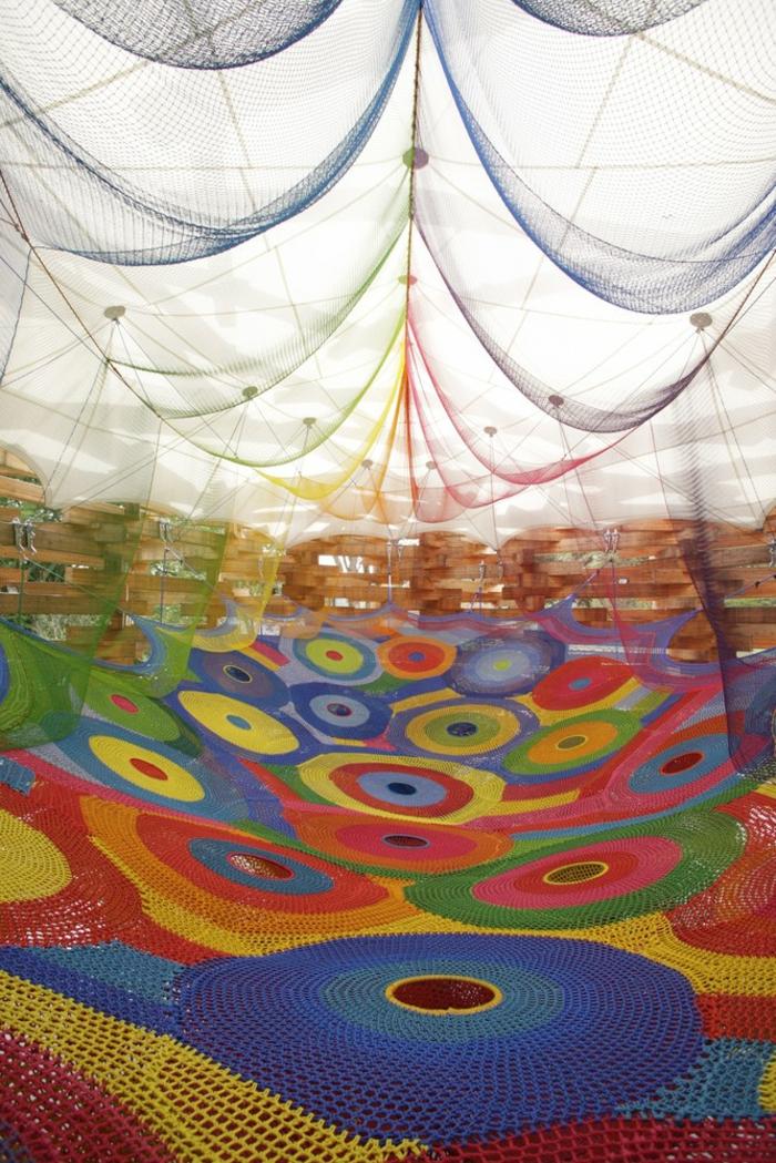 neuartiger kinderspielplatz aus strickwaren