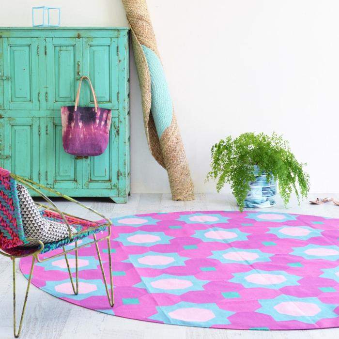 runde teppiche lila rustikaler grüner kleiderschrank