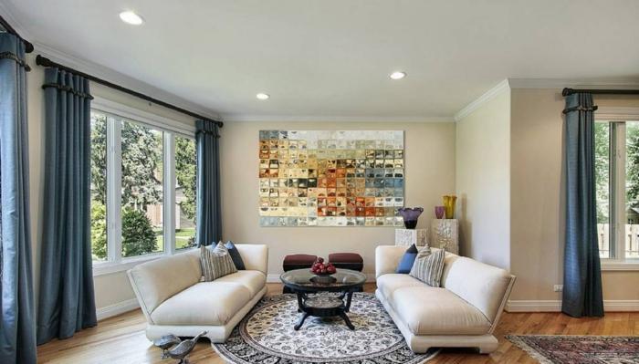 runder teppich weiße sofas lange blaue gardinen wohnzimmer
