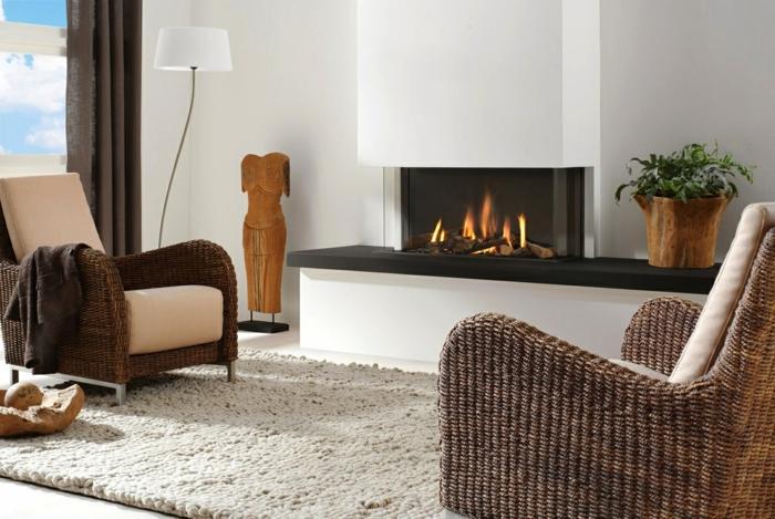 schöne sessel rattan eleganter teppich kamin wohnzimmer