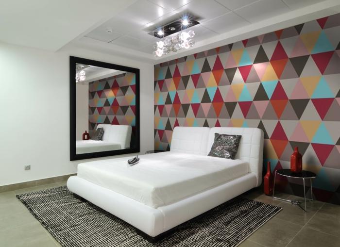 schlafzimmer tapeten ideen geometrisches muster teppich großer wandspiegel