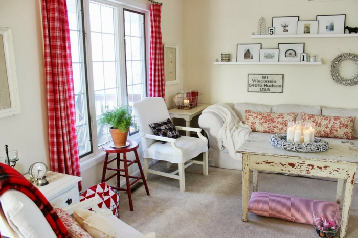shabby chicwohnzimmer einrichtungsideen alter tisch verbrauchsspuren karierte vorhänge