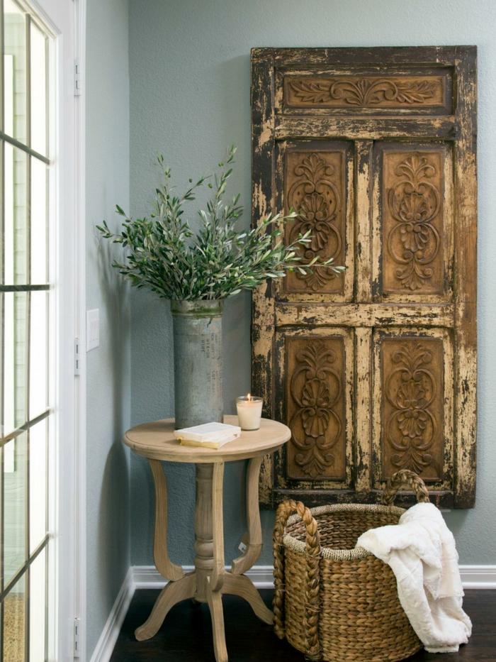 shabby chic wohnzimmer ideen alte holztür holzschnitzereien geflochtener korb runder beistelltisch
