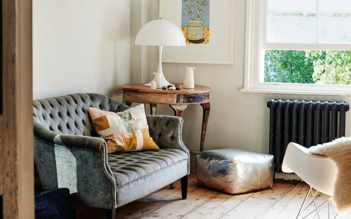 Shabby Chic Wohnzimmer Ideen Altes Sofa Runder Beistelltisch Vintage  Bodenbelag Holzdielen