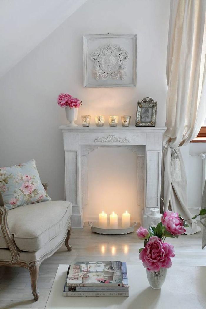 shabby chic wohnzimmerideen deko kamin weiß ornamenten sessel kerzen pfingstrosen