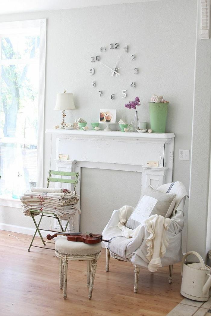 shabby chic wohnzimmer ideen dekokamin wanduhr alte vintage stühle sessel