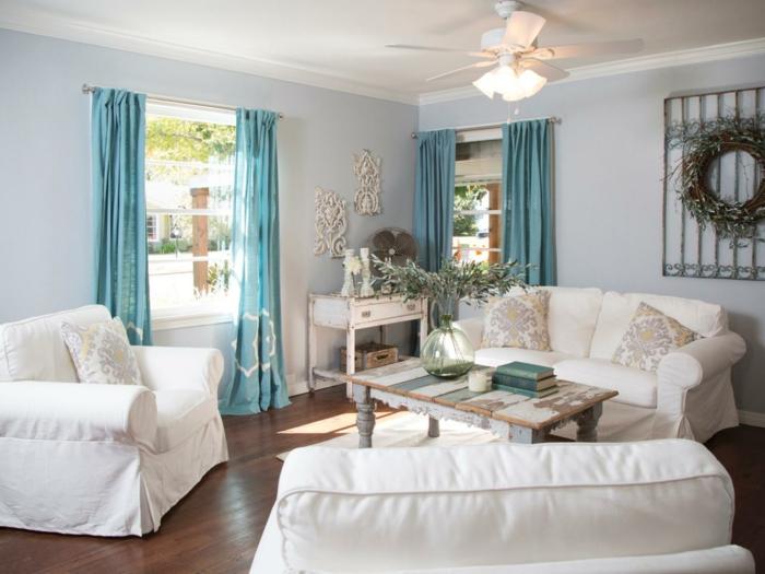 shabby chic wohnzimmer ideen diy couchtisch holzbohlen vintage kommode blaue vorhänge