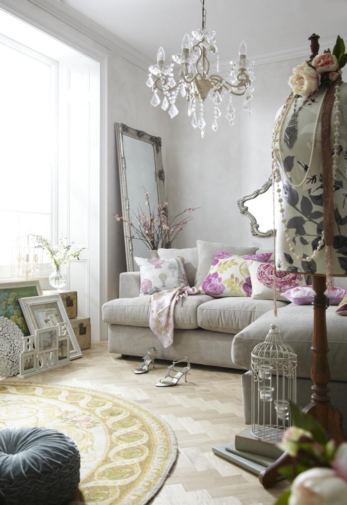 shabby chic wohnzimmer ideen kristallkronleuchter runder teppich dekokissen vogelkäfig