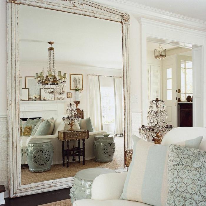 shabby chic wohnzimmer ideen porzellan hocker kristallkronleuchter beistelltisch sisalteppich wandspiegel