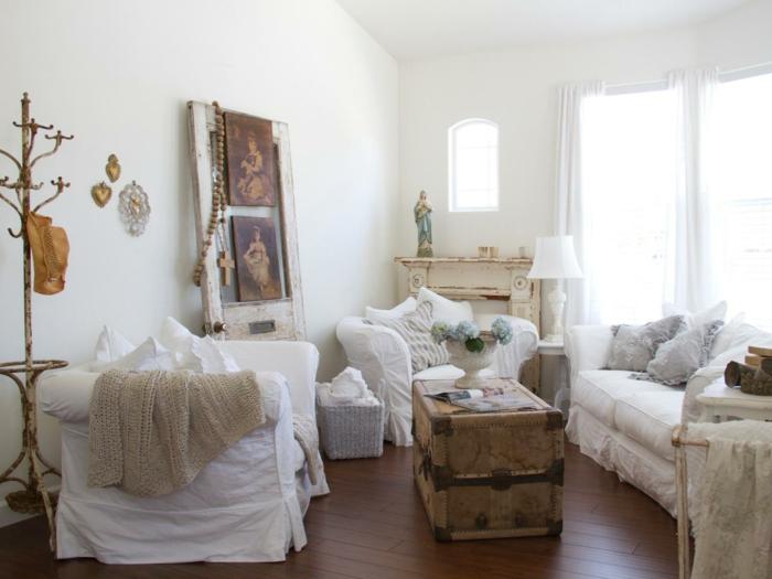 shabby chic wohnzimmer ideen weiße möbelbezüge couchtisch alte truhe