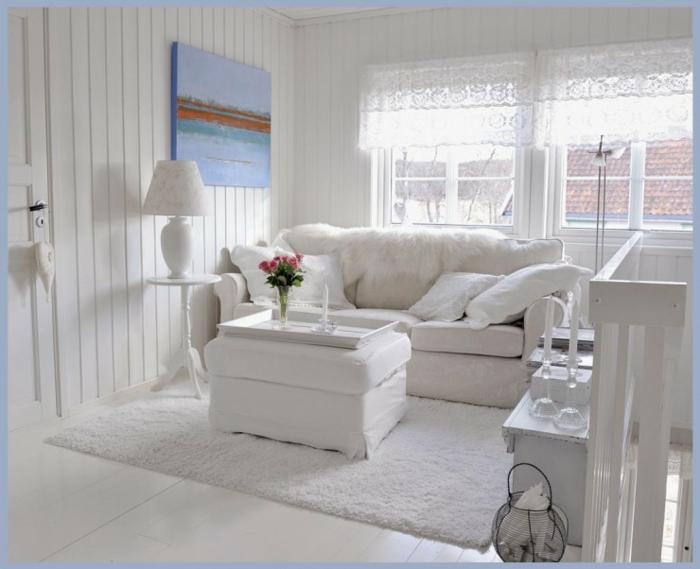 shabby chic wohnzimmer ideen weiße tischleuchte ottomane spitze vorhänge