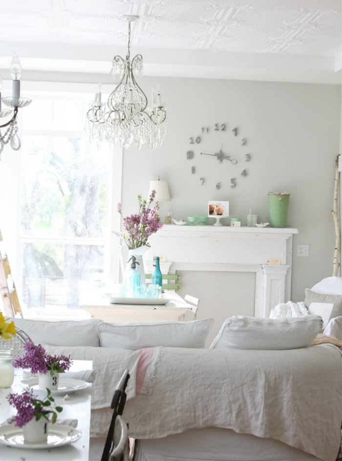shabby chic wohnzimmer weiße einrichtung kamin frische blumen