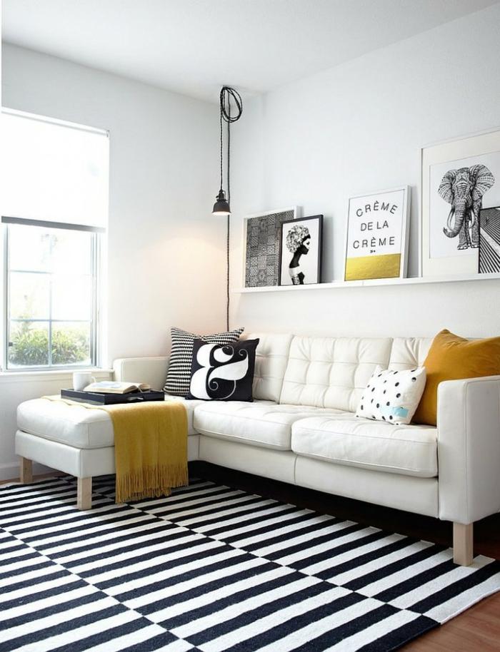 sofa skandinavisches design weiß dekokkissen streifenteppich