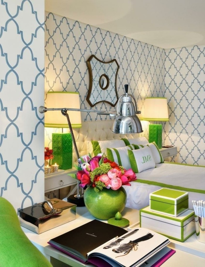 tapeten ideen für das wohnzimmer stilvolles muster in weiß blau durch grüne akzente aufpeppen