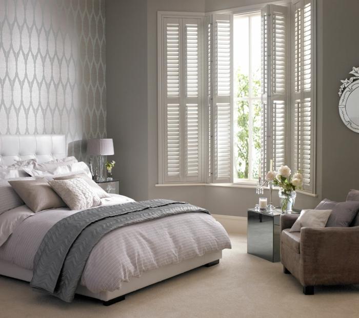 tapeten ideen schlafzimmer schöne wandgestaltung cooler beistelltsch spiegeloberfläche