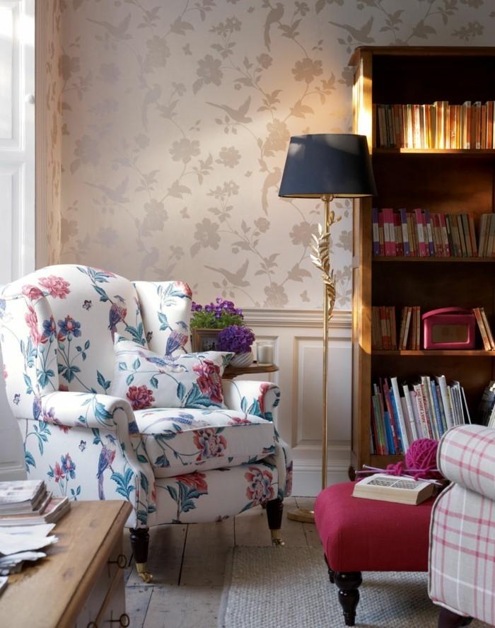 tapeten ideen stilvolle florale muster und cooler sessel