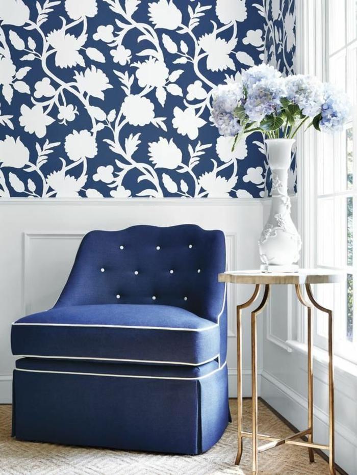 tapeten ideen wohnzimmer blauer sessel beistelltsich