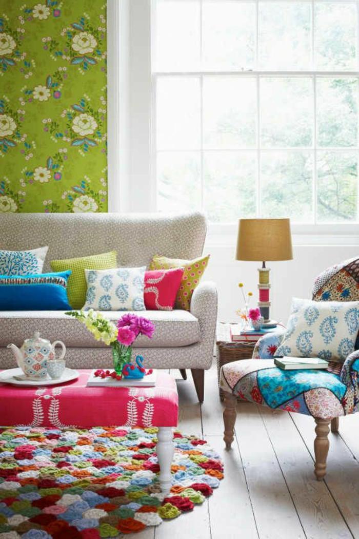 tapeten ideen wohnzimmer grüne akzentwand runder bunter teppich holzboden