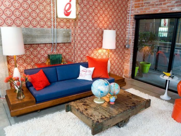 tapeten ideen wohnzimmer orange elemente weißer teppich rustikaler couchtisch