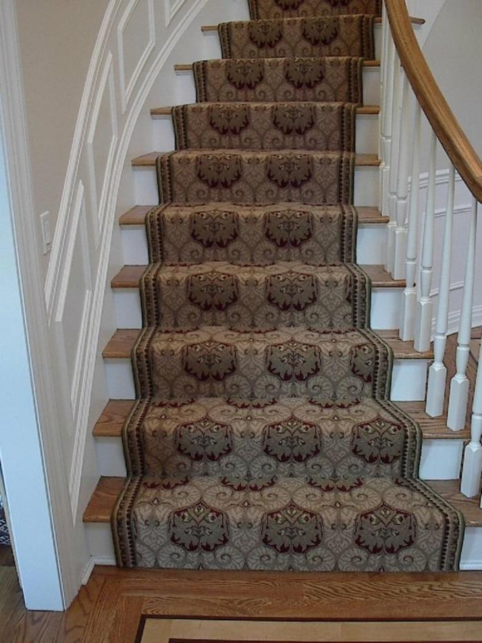 teppich für treppen elegantes muster weiße wandfarbe