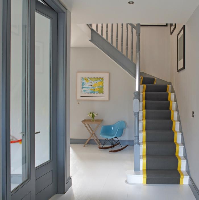 teppich für treppen grauer teppichläufer gelbe akzente