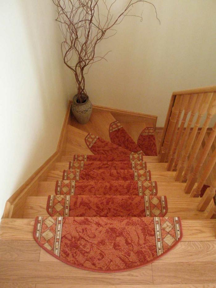 teppich für treppen hölzerne treppen rotes muster