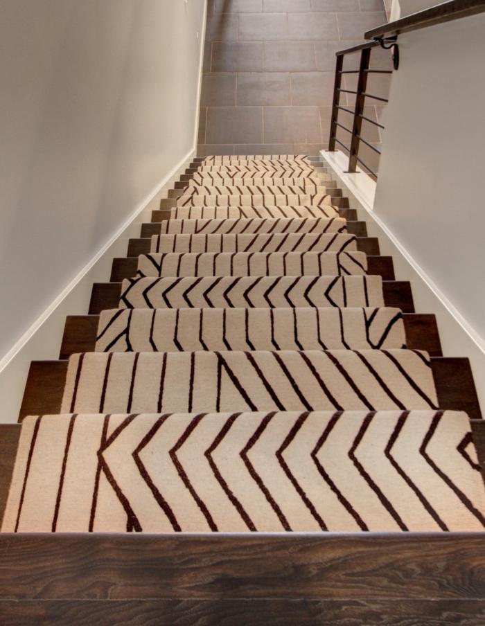 teppich für treppen schönes muster holztreppe
