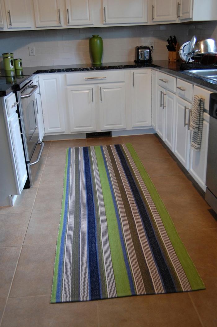 teppichläufer küche streifenmuster bodenfliesen helle küchenschränke