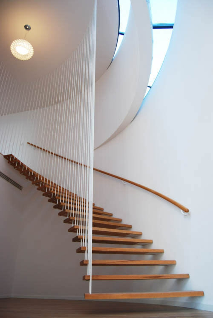 treppenhaus gestalten hängende stufen holz