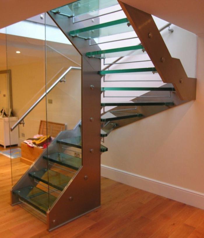 treppenhaus gestalten stabile treppenstufen glas stahl