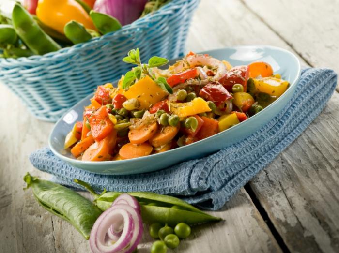 veganes essen gedünstetes gemüse gewürze kräuter