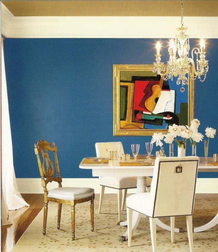 wandgestaltung esszimmer blaue wandfarbe gemälde tischdeko