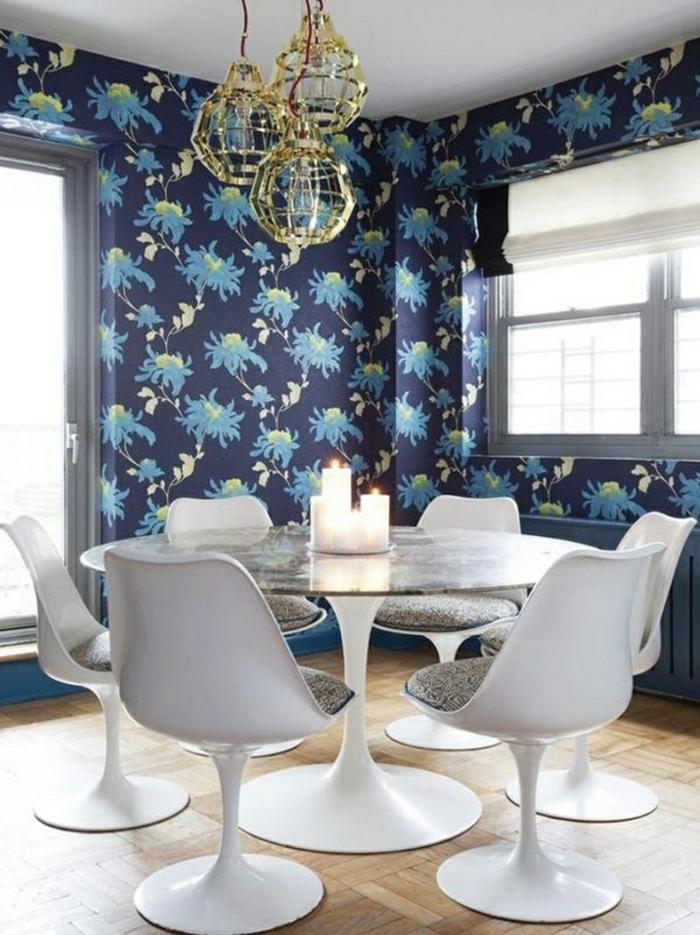 wandgestaltung esszimmer wunderschöne tapete weiße stühle kerzen