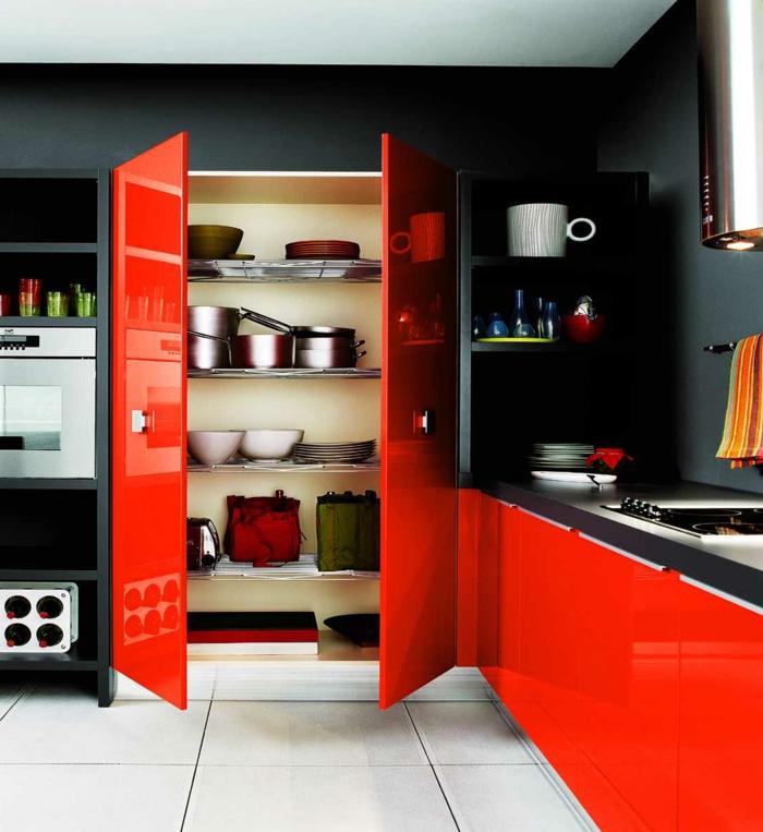 wandgestaltung ideen küche rote küchenschränke weiße bodenfliesen