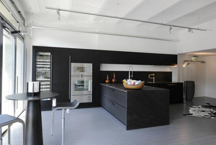 wandgestaltung ideen küche schwarze akzentwand kücheninsel fellteppich