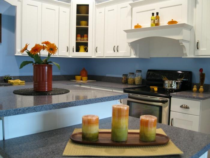 wandgestaltung küche blaue wandfarbe tischdeko kerzen blumen