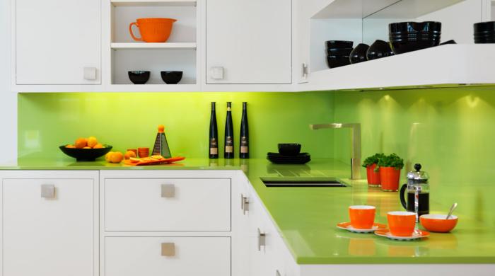 wandgestaltung küche grün weiße küchenschränke offene regale