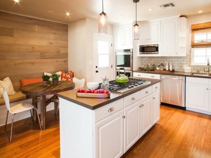 wandgestaltung küche hölzerne akzentwand bodenbelag mit holzoptik und weiße küchenmöbel