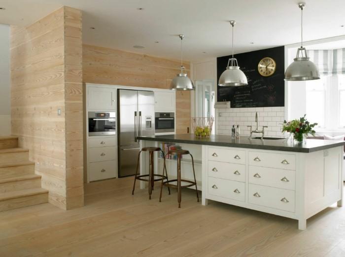 wandgestaltung küche hölzerne akzentwand und weiße kücheninsel