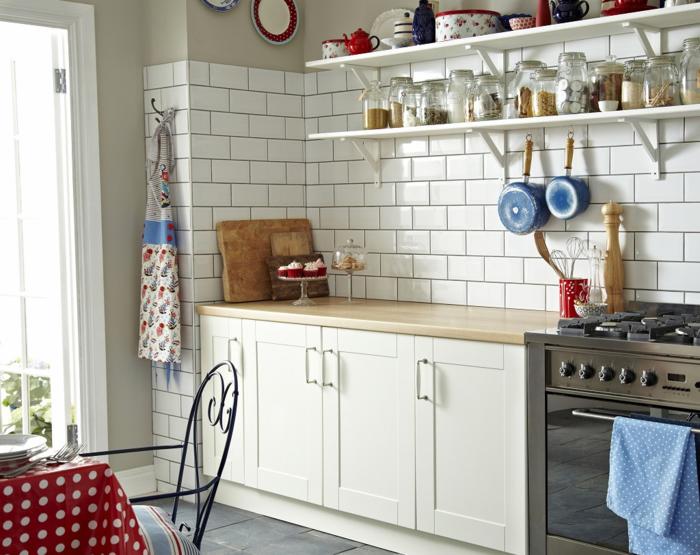 wandgestaltung küche weiße wandfliesen graue bodenfliesen frische tischdecke