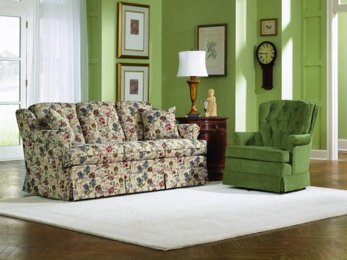 Wohnidee Wohnzimmer Grüner Sessel Grüne Wände Weißer Teppich