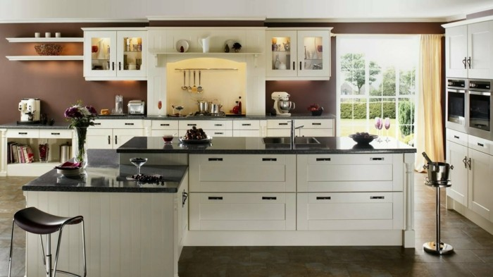 wohnideen küche braune wandfarbe mit weißen möbelstücken kombinieren