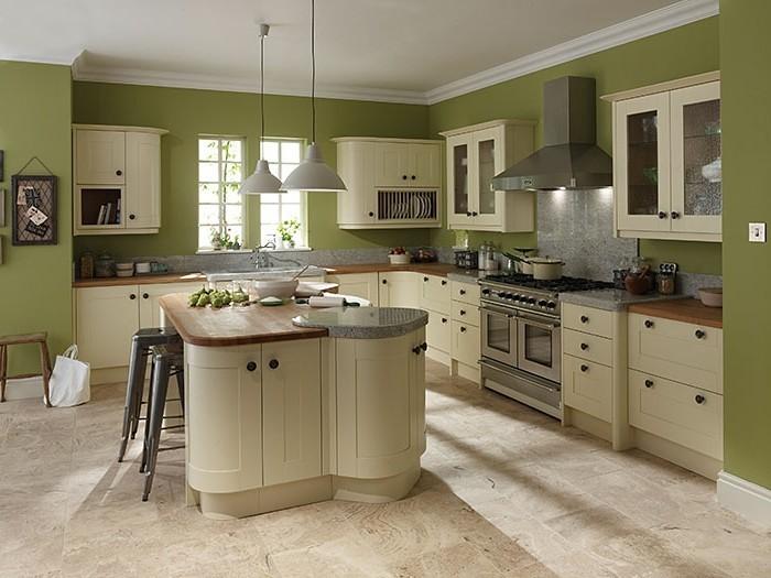 wohnideen küche grüne wandfarbe mit hellen küchenmöbel kombinieren