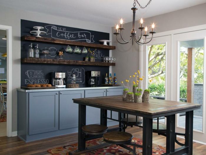 wohnideen küche schwarze tafelwand und blaue küchenschränke