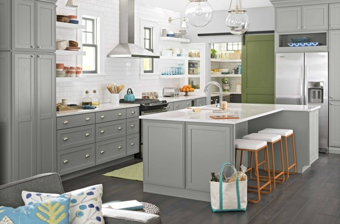 wohnideen küche weiße küchenfliesen und graue küchenschränke