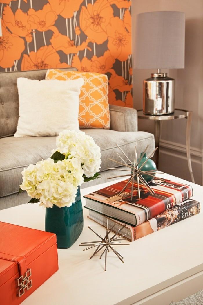 wohnzimmer-tapeten-ideen-große-orange-blumen-erfrischen-den-wohnbereich