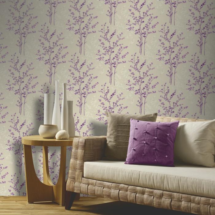 wohnzimmer tapeten ideen lila akzente holzboden