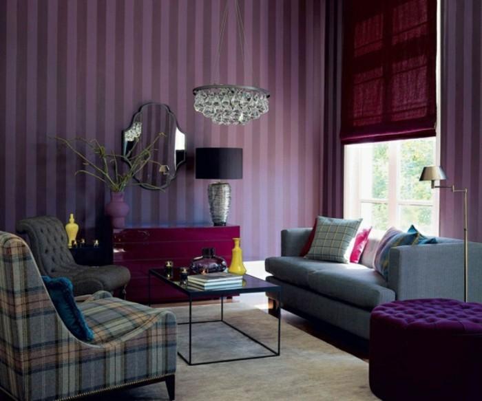 wohnzimmer tapeten ideen streifenmuster in lilanuancen