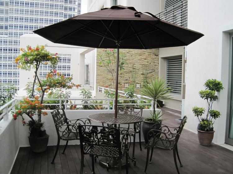 Balkon schön gestalten Balkonideen Esstisch Stühle Sonnenschirm